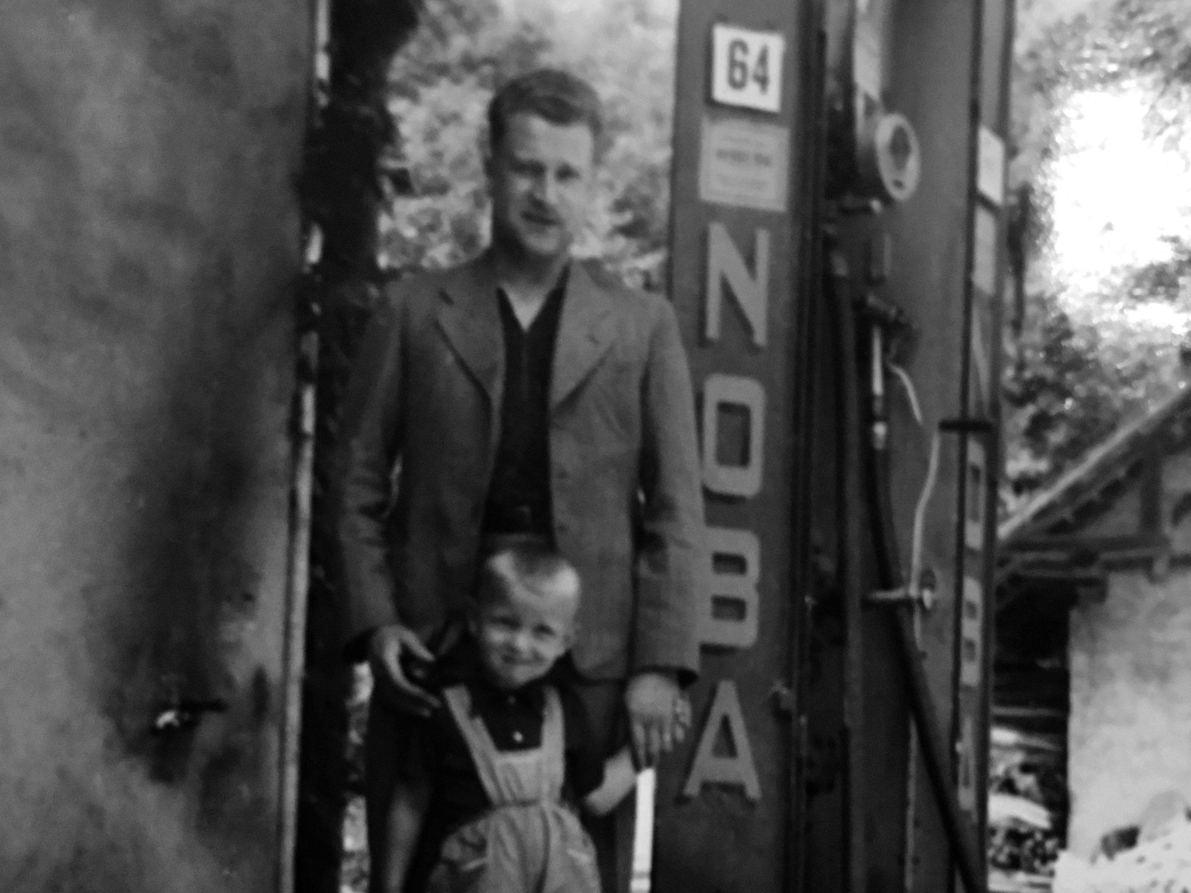 Fredy senior und junior vor Tanksäule